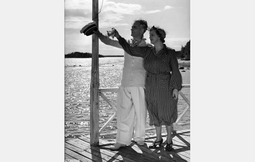 Odontologian dosentti Einar Koskimaa (Paavo Jännes) ja Annette Koskimaa (Eine Laine).