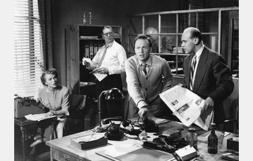 Lehtitoimittajat työssään. Vasemmalta Tuija Halonen, Erkki Kalakari, Kurt Ingvall ja Harry Lewing.