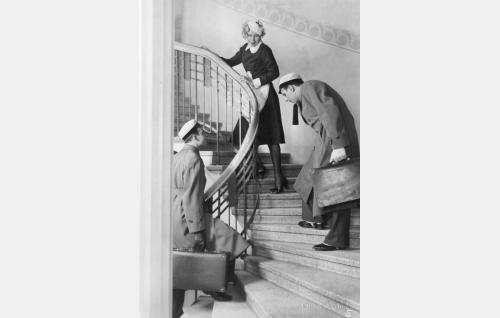 Asuntoa etsivät köyhät ylioppilaat Unto (Toivo Pohjakallio) ja  Toivo (Thure Bahne) ja rouva Anderssonin täysihoitolan palvelijatar (Greta Pitkänen).