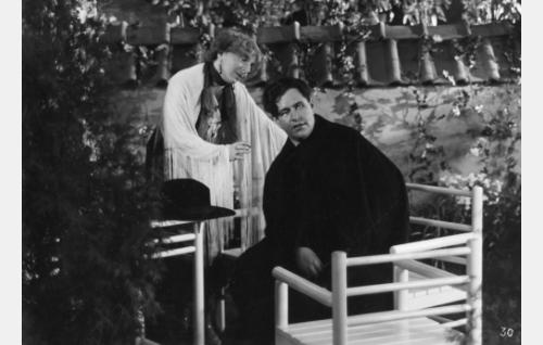 Varpu Kyyhkynen (Ella Eronen), oopperalaulaja Reino Kiljunen (Georg Malmstén), Uuno Sorjonen (Uuno Laakso)