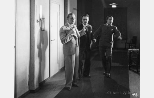 Herrat Sorjonen (Uuno Laakso), Uramo (Toivo Pohjakallio) ja Päiviö (Thure Bahne, takana) valmistautuvat serenadiin Aunelle.