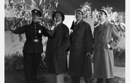 Kvartetti on saatu kokoon paikalle osuneen poliisin (Toppo Ellenberg) ansiosta. Iltaserenadia Aunelle hänen rinnallaan laulavat Uuno Sorjonen (Uuno Laakso), Toivo Päiviö (Thure Bahne) ja Unto Uramo (Toivo Pohjakallio).