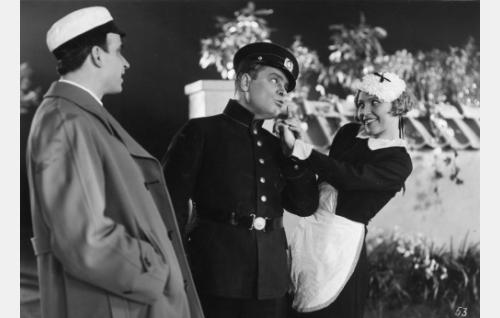 Ylioppilas (Toivo Pohjakallio), poliisi (Toppo Ellenberg) ja palvelijatar (Greta Pitkänen).
