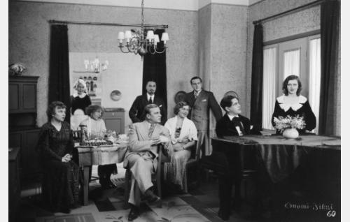 Täysihoitolan väkeä koolla: Selma Sorjonen (Ertta Virtamo), palvelijatar (Greta Pitkänen), Varpu Kyyhky (Ella Eronen), Uuno Sorjonen (Uuno Laakso), herra Hermostunut (William Räisänen), Sofia Andersson (Elsa Rantalainen), Toivo Päiviö (Thure Bahne), Reino Kiljunen (Georg Malmstén) ja Aune Andersson (Saimi Tuominen).