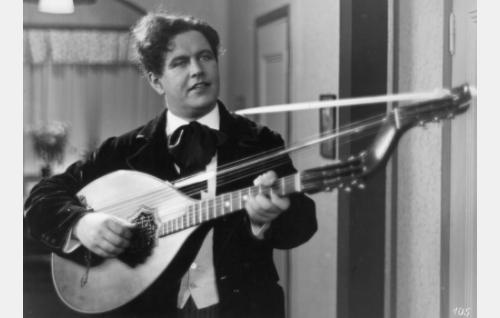 """""""Toreadoori"""" Kiljunen (Georg Malmstén) esittää serenadin."""