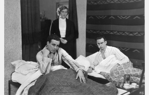 Vuokranmaksun aika: rouva Andersson (Elsa Rantalainen) tiukkaa saataviaan Toivolta (Thure Bahne) ja Untolta (Toivo Pohjakallio).