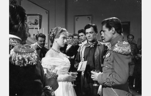 Paul (Sakari Jurkka, 2. oikealta) luovuttaa lahjansa Barbaralle (Elina Pohjanpää). Selin vasemmalla Svalundan krevi (Santeri Karilo), oikealla Barbaran sulhanen, kaartinkapteeni Cronhjelm (Martti Romppanen).