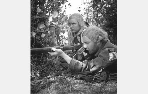 Paavo Paavalinpoika (Kalevi Mykkänen) ja Karoliina Petrelius (Hilkka Helinä) väijyvät kasakoita.