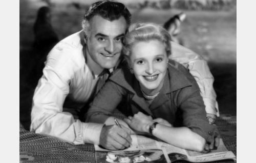 Isän vanha ja uusi -elokuvan mainoskuva. Idean kuvaan antoi Ansa Ikosen ja Tauno Palon ensimmäisestä yhteisestä elokuvasta Kaikki rakastavat (1935) otettu valokuva, joka näkyy myös tässä kuvassa elokuvalehden aukeamalla. Tämän