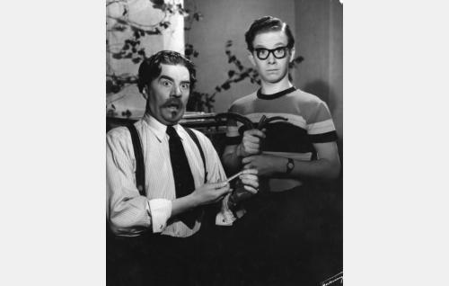 Tohtori Yrjö Tammela (Joel Rinne) ja hänen poikansa Aimo (Lasse Pöysti).