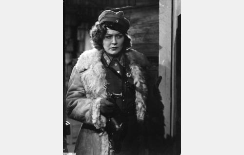 Komissaari Vengrovska (Kirsti Hurme).