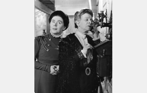 Bertilin täti Elisabet Hellman (Aili Somersalmi) ja äiti Katariina Carénius (Annie Sundman).