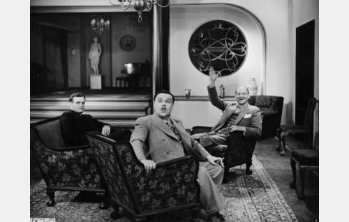 Tuomari Kaarle Soratie (Tauno Palo), toimittaja Purtiainen (Hugo Hytönen) ja professori Magnus Norko (Topo Leistelä).