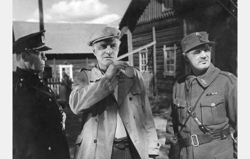 Nimiesmies (Hannes Veivo, vas.) ja suojeluskunnan paikallispäällikkö (Kunto Karapää) ovat pidättäneet Niskavuoren pehtorin Juhani Mattilan (Tauno Palo).
