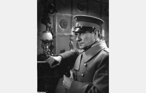 Saksalainen eversti Franck (Urho Somersalmi).
