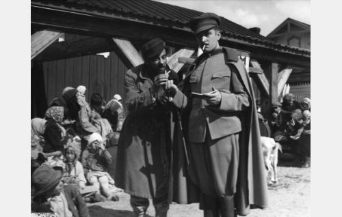 Isak (Sasu Haapanen) ja paroni Rolf Lichtenstein alias Merowitsch (Erkki Uotila)