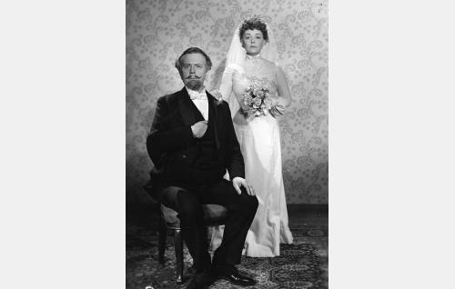Kamarineuvos Ossian Biörcke (Helge Ranin) ja hänen uusi vaimonsa Sonja Brandt (Birgit Kronström).