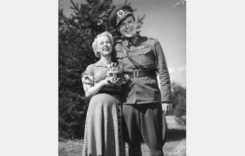Luutnantti Naula (William Markus) ja hänen morsiamensa Helena (Eija Inkeri).