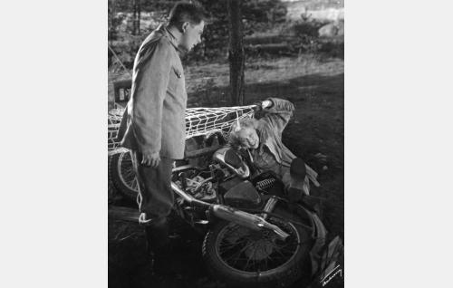 Matkakirjailija Sofia Tissari (Elsa Turakainen) on saapunut moottoripyörällään sotilasleirille, ihmettelemässä sotamies Taavetti Hurskainen (Sakari Halonen).