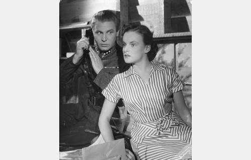 Kapteeni Veikko Saarto (Kullervo Kalske) ja hänen vaimonsa Irma (Ruth Luoma-aho).