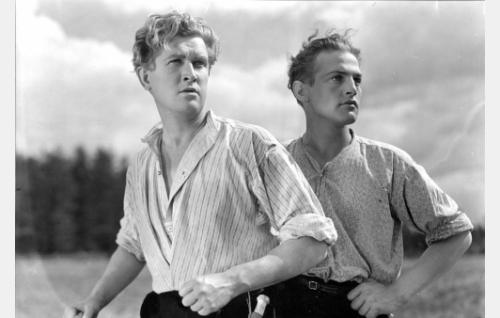 Koskenalustan veljekset Antti (Kaarlo Kytö, vas.) ja Aukusti (Helmer Kaski).