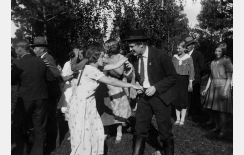 Helinä (Iris Knape-Jäderholm) ja Isma (Kaarlo Kytö) juhannustansseissa.