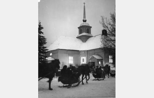 Joulukirkkokohtaus Nurmijärven kirkolla.