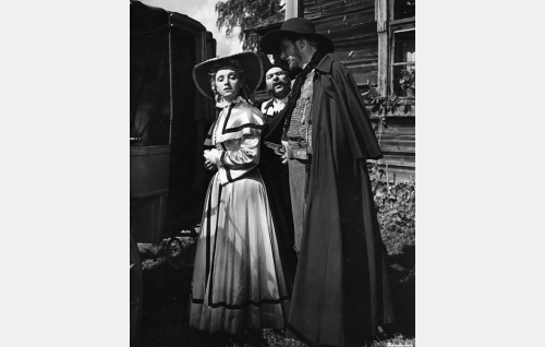 Voro-Vento (Vilho Ruuskanen) ottaa paronitar Olivia Metterin (Ansa Ikonen) panttivangikseen. Taustalla kartanon Joonas-kuski (Matti Lehtelä).