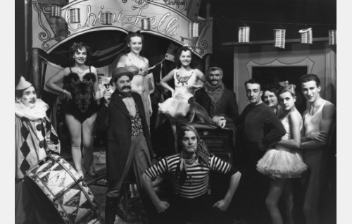 Arnold (Tauno Palo, edessä keskellä) sirkuslaisena. Muut vasemmalta: klovni Rudi (Jalmari Parikka), akrobaatti Cleo (Laila Jokimo), sisäänheittäjä (Otto Noro), tanssitytöt (Lydia Saxelin, Liisa Tuomi) ja Uno Onkinen.