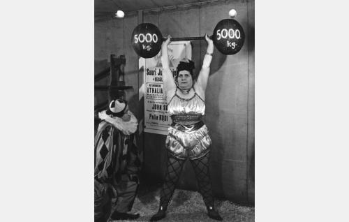 Pelle Rudi (Jalmari Parikka) ja sirkuksen voimanainen Athalia (Lida Salin).