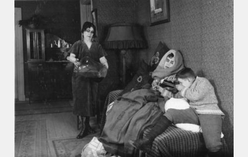 Äiti (Naimi Kari) on löytänyt isän (Aku Käyhkö) hammassärkylääkkeen. Pojan roolin esittäjää ei ole tunnistettu.