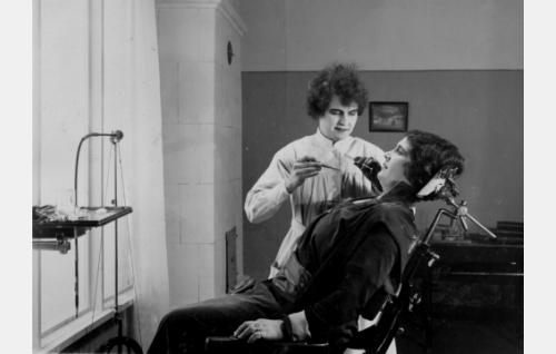 Äiti (Naimi Kari) hammaslääkärillä. Hammaslääkärin roolin esittäjää  ei ole tunnistettu.