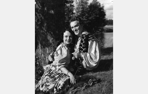 Manja (Mirja Mane) ja Martin von Tandenskiöld (Ekke Hämäläinen).