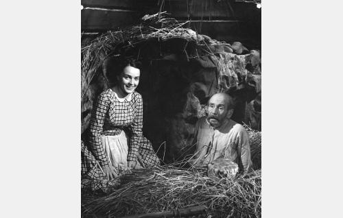 Isontalon Annikki (Leena Häkinen) ja vanha kulkuri (Anton Soini).