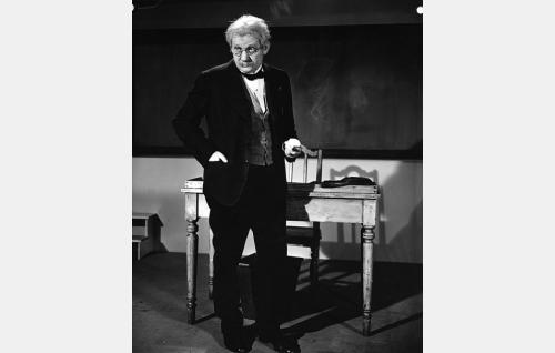 "Latinan lehtori Johannes Sarasto, ""Tossu"" (Vilho Siivola)."