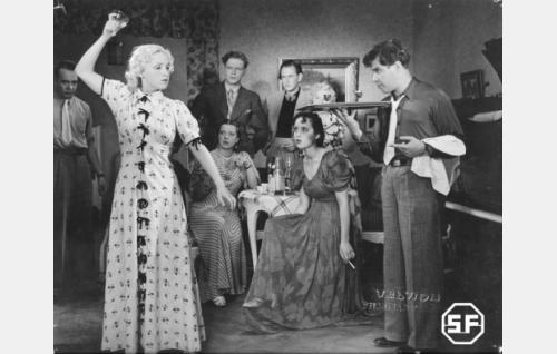 Elokuvan nuorisoa: Marja (Ansa Ikonen, vas.), Veera (Kyllikki Väre), Pelle (Unto Salminen), Husu (Kunto Karapää) vierellään Japi (Laila Rihte), Löpö (Nora Mäkinen) ja Kali (Oke Tuuri).