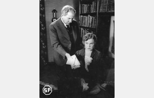 Professori Reinhold Varavaara (Uuno Laakso) ja rouva Elli Varavaara (Tyyne Haarla).