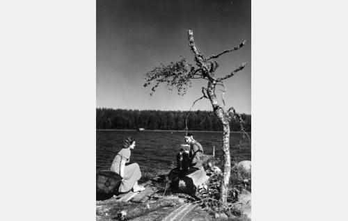 Lenteelän Sinikka (Ghedi Lönnberg) ja Aapeli (Aki Kosonen).