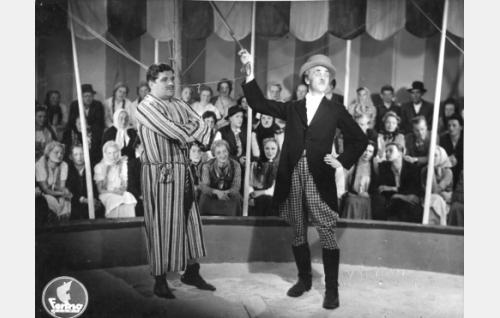 Sirkuksen voimamies (Nestori Lampi) ja sirkuksen johtaja (Jorma Nortimo).