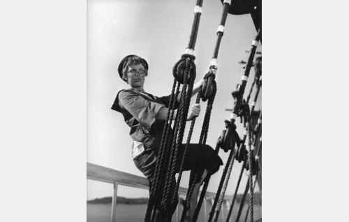 Tanssityttö Kerttu (Raili Mäki) laivapoika Nappulaksi pukeutuneena .