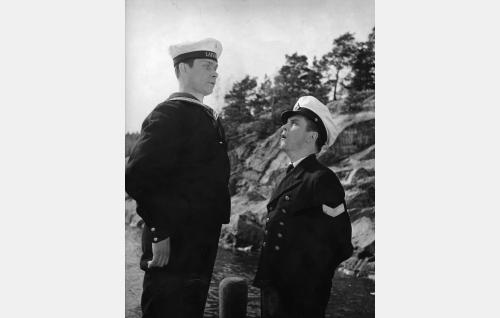 Matruusi Taneli Taivainen (Ari Laine) ja pursimies Pokka alias Pikku Torpedo (Leo Jokela).