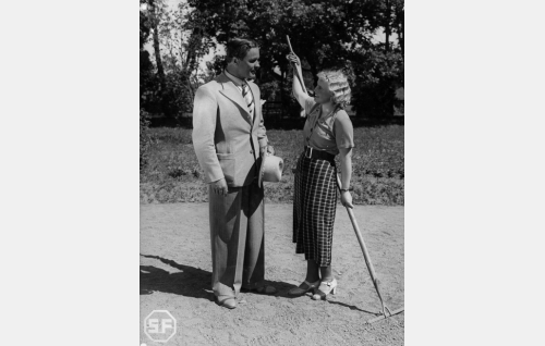 Insinööri Tarkka (Eino Kaipainen) ja Irja Laurila (Laila Rihte).