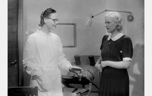 Gynekologi (Elsa Turakainen) ja Elsa (Kaisu Leppänen).