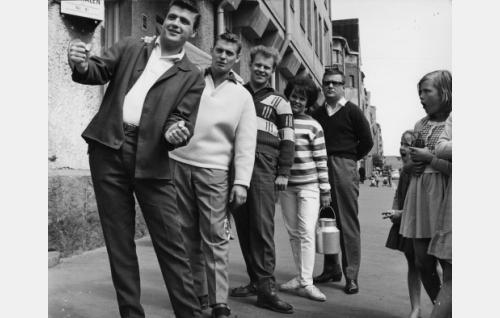 """Four Cats -kvartetin jäsenet: Kai Lind, Esa Laukka, Pentti Lasanen ja Kai Ruohonen vahvistettuna Ann-Christinellä, """"Anckie"""". Kuvassa oikealla nuoria ihailijoita."""