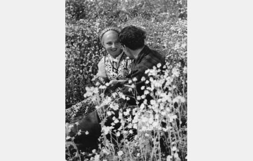Kyllikki (Rakel Linnanheimo) ja Olavi (Kaarlo Oksanen).