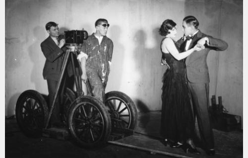 Työkuva: kuvaaja Oscar Lindelöf, ohjaaja Valentin Vaala ja näyttelijät Alli Riks ja Theodor Tugai.
