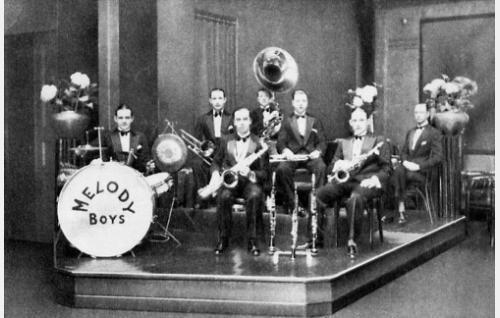 Ryhmäkuva R. E. Westerlundin julkaiseman Yrjö Gunaropuloksen laulun Ne Hetket-nuottivihkon kannesta (Toivo Tammisen kokoelmat). Viktor Gunaropulos (rummut), Anatol Gunaropulos (pasuuna), Johan Forelius (saksofoni), Kaarlo Reinikainen (sousafoni), Yrjö Syrjälä (trumpetti), Yrjö Gunaropulos (trumpetti) sekä Friedrich Rieks (piano).
