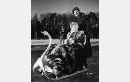 """Anna Littow (Regina Linnanheimo) ja kuurinmaalainen """"kreivi"""" Spiegelberg (Ture Junttu)."""