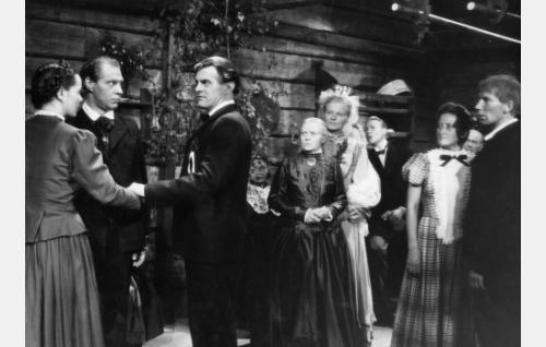Vasemmalta Malviina (Kirsti Hurme), Martti-renki (Holger Salin), Juhani (Tauno Palo), vanhaemäntä Vilhelmiina (Maija Nuutinen) ja Loviisa (Emma Väänänen). Oikeanpuoleisen parin takaa näkyy vouti Vähälän (Anton Soini) kasvot, muut henkilöt tunnistamattomia.