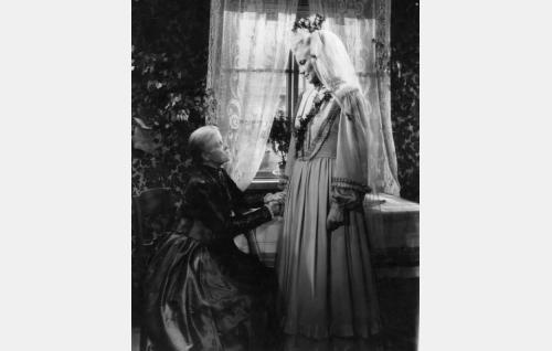 Niskavuoren vanhaemäntä Vilhelmiina (Maija Nuutinen) ja  nuori emäntä Loviisa (Emma Väänänen).